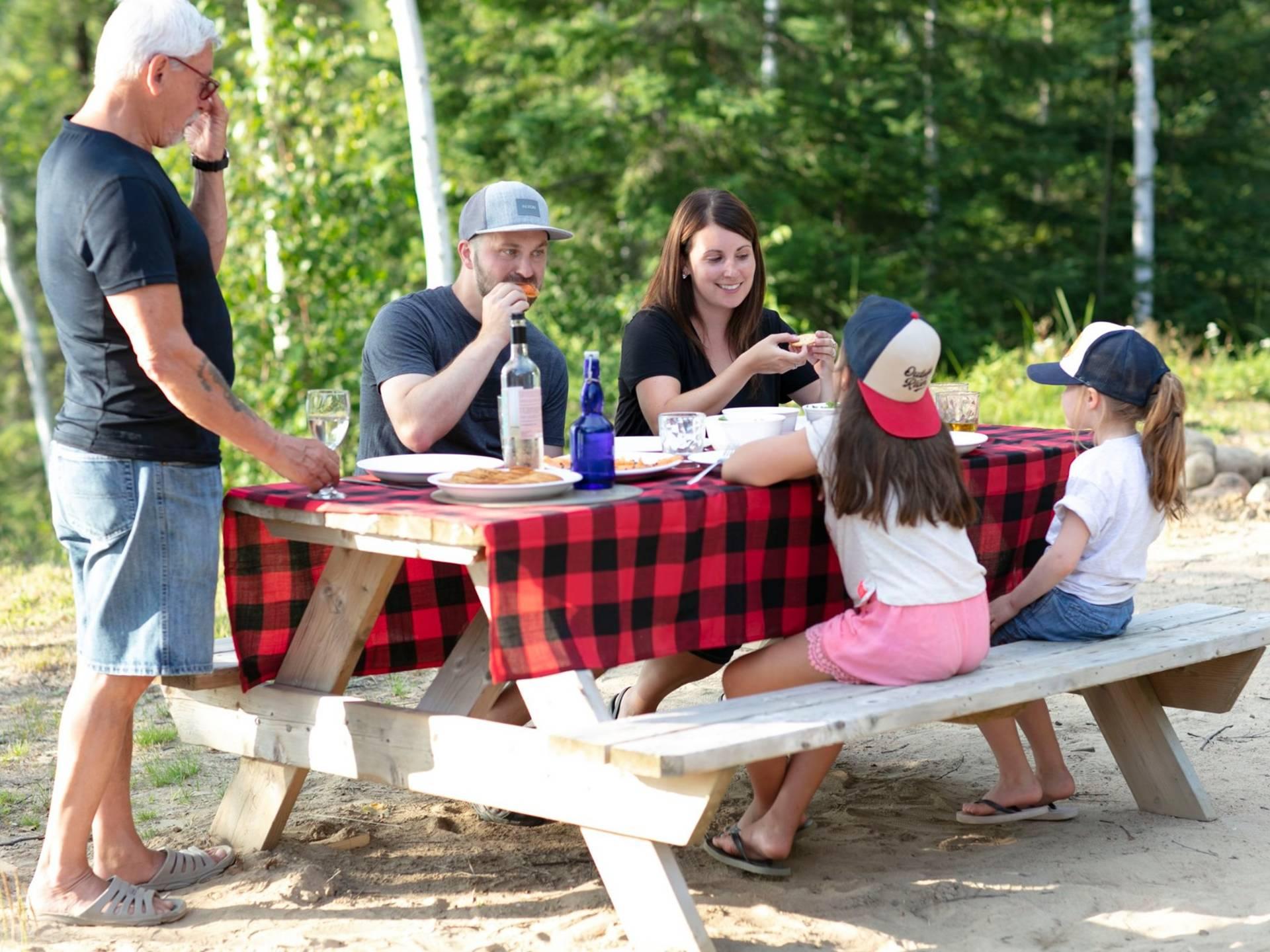 Un picnic en famille à la base de plein air de Ste-Foy