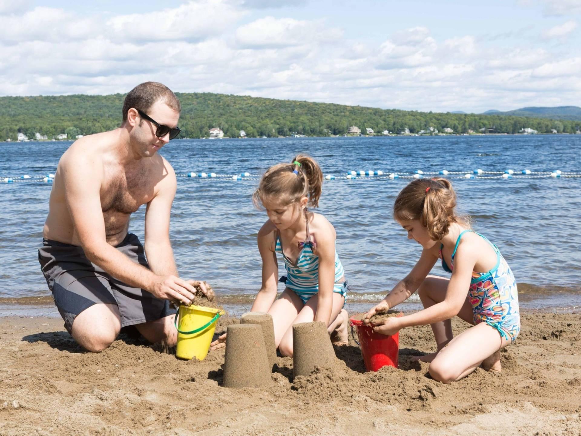 Une famille à la plage de la Station Duchesnay