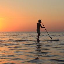 Surf à pagaie au clair de lune